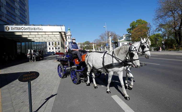 NEWS - Vienna's horse-drawn carriages deliver meals during lockdown